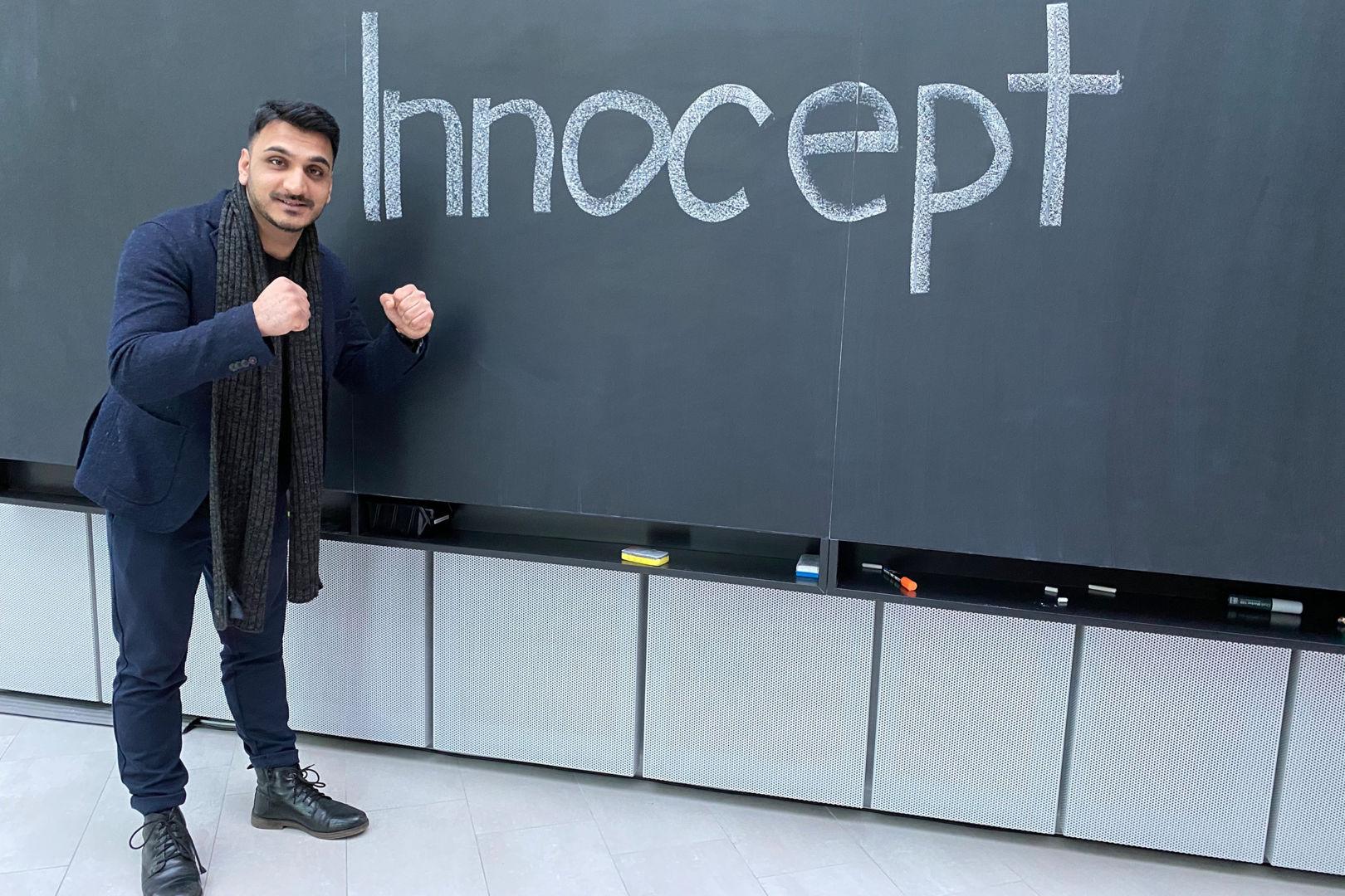 Mann steht vor Tafel mit Aufschrift innocent