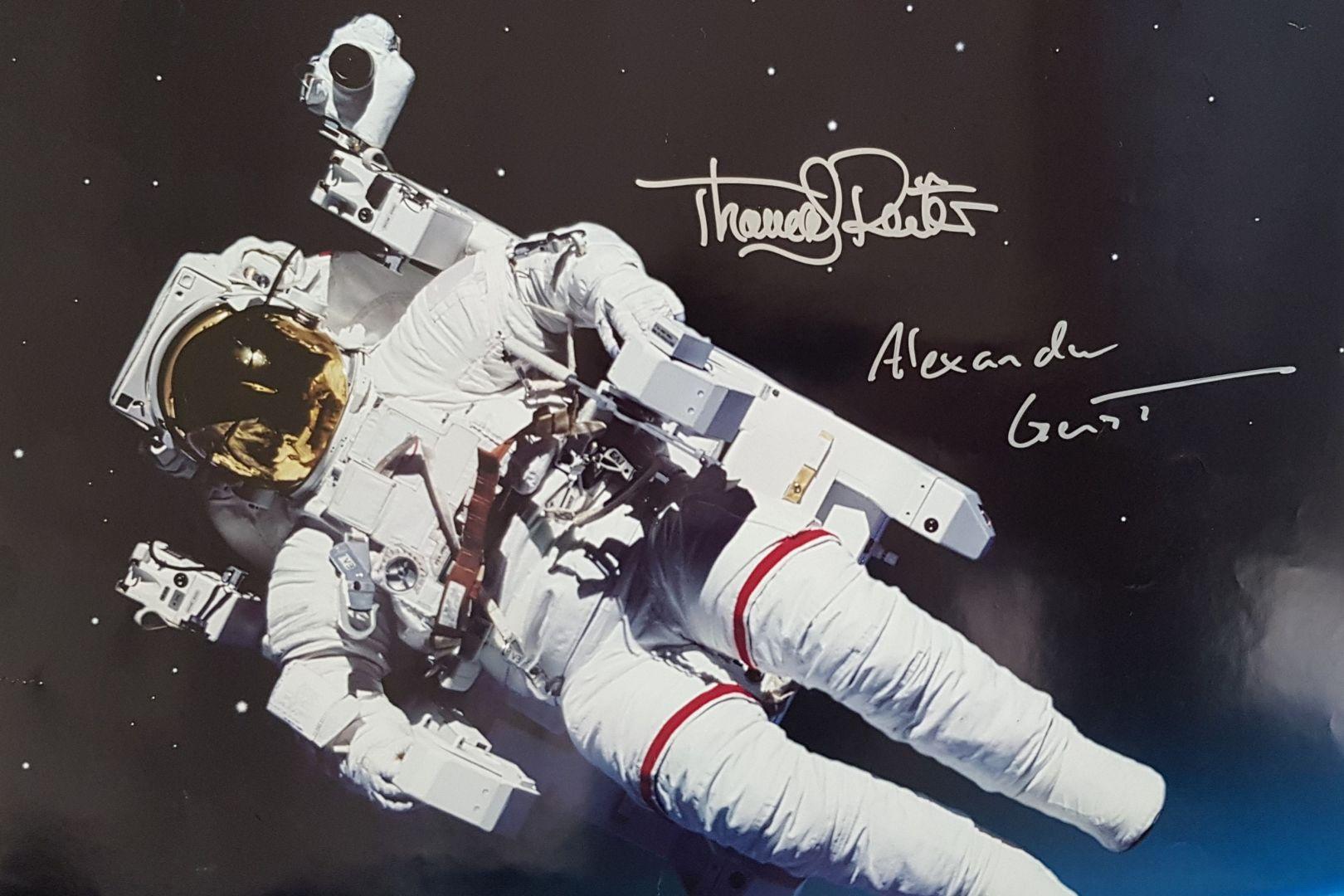 Plakat der Hessen Agentur mit Thomas Reiter im Weltraum