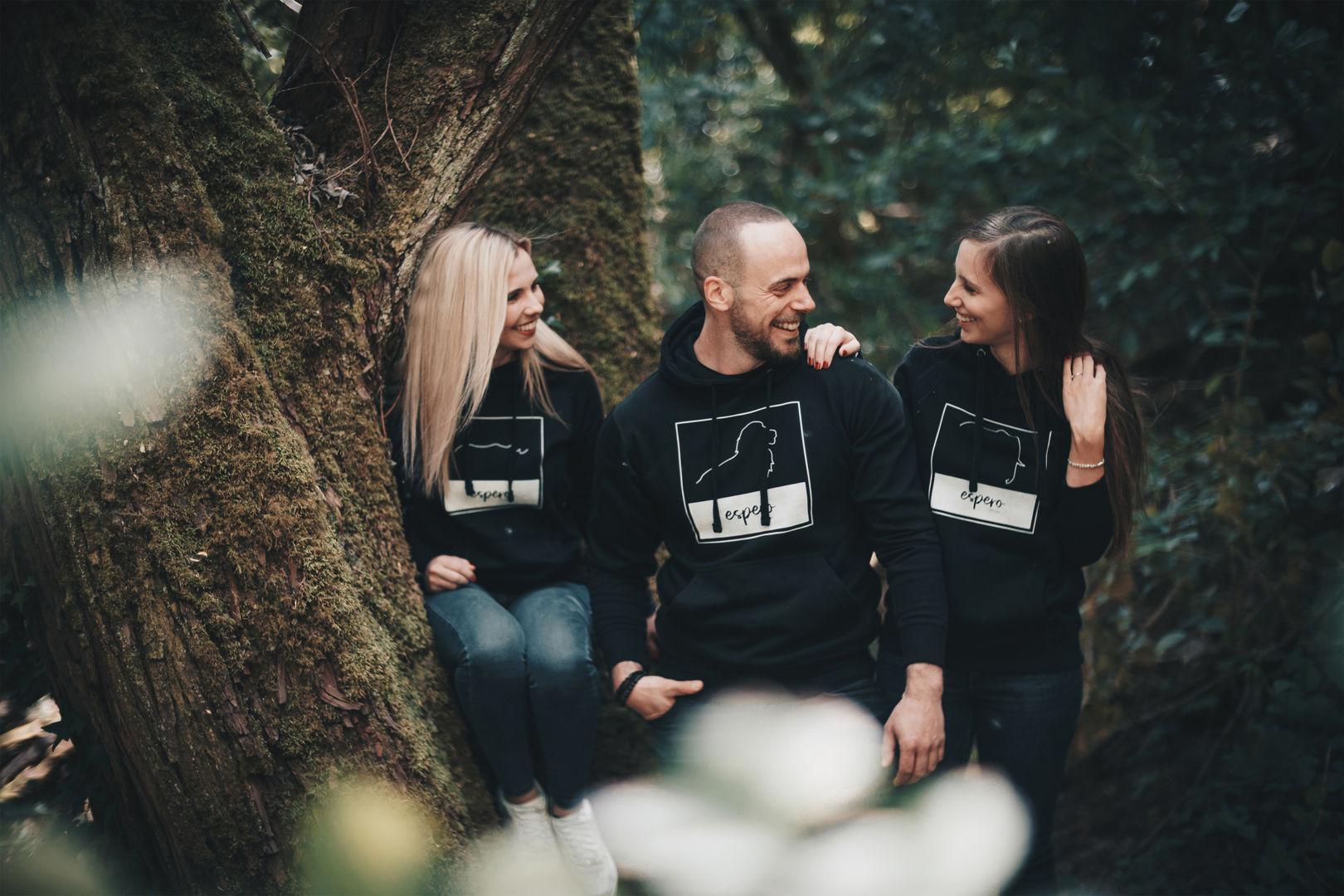 Drei Menschen sitzen im Wald