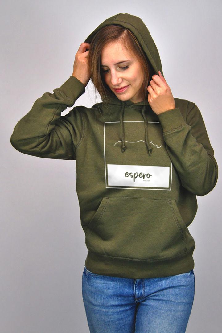 Eine Frau trägt einen grünen Pullover